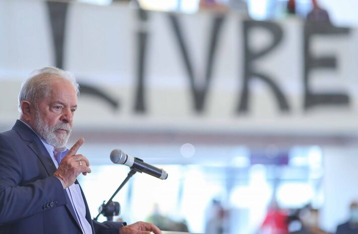 Ex-presidente discursa na sede do Sindicato dos Metalúrgicos.