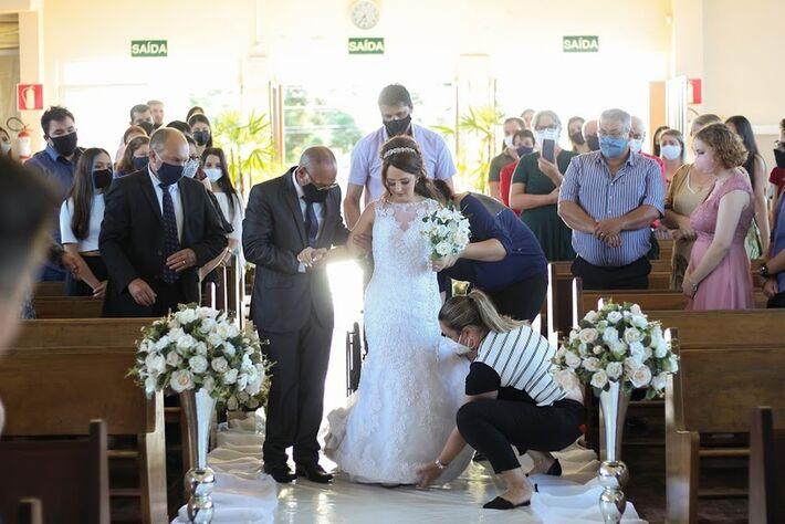 Adarlele de Lara, de 26 anos, levantando-se da cadeira de rodas durante a cerimônia de casamento, em União da Vitória