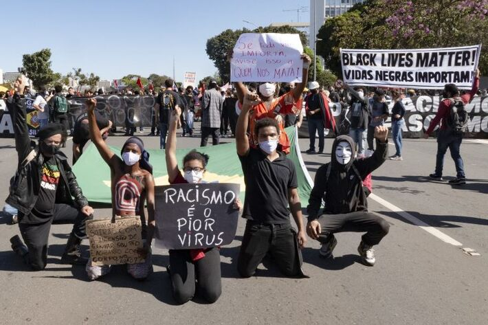 Manifestantes protestam contra racismo