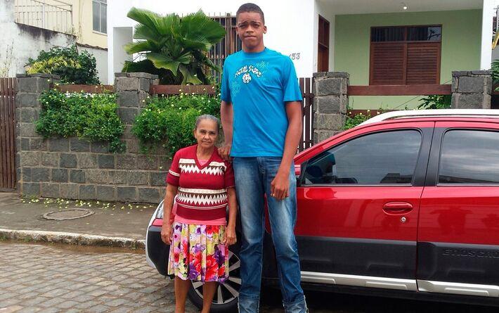 Foto de Rodrigo com 17 anos e 2,18 metros de altura quando morava com a avó, em 2016