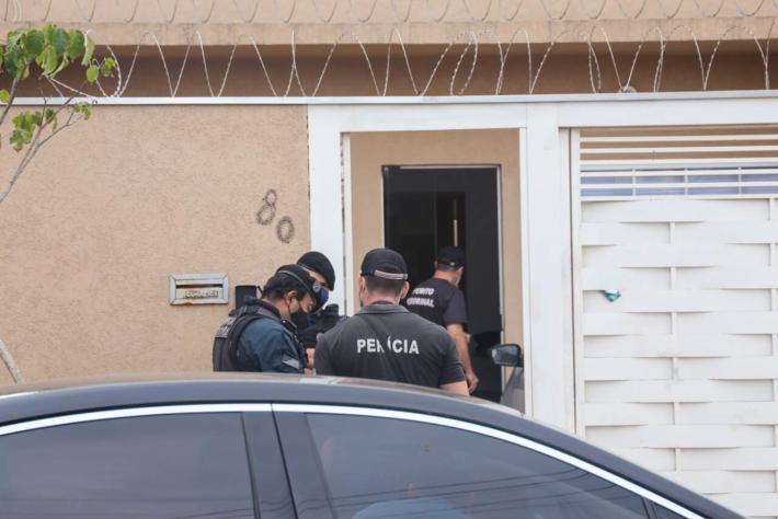 Peritos em residência onde mulher, de 53 anos, foi encontrada morta
