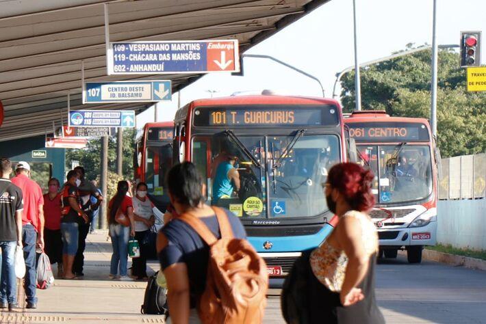 População reclama de superlotação em ônibus, falta de álcool em gel nos terminais e mudanças nos itinerários dos coletivos -