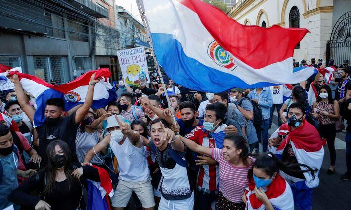 Primeira noite de protestos, na 6ª feira, um rapaz foi morto durante manifestações populares