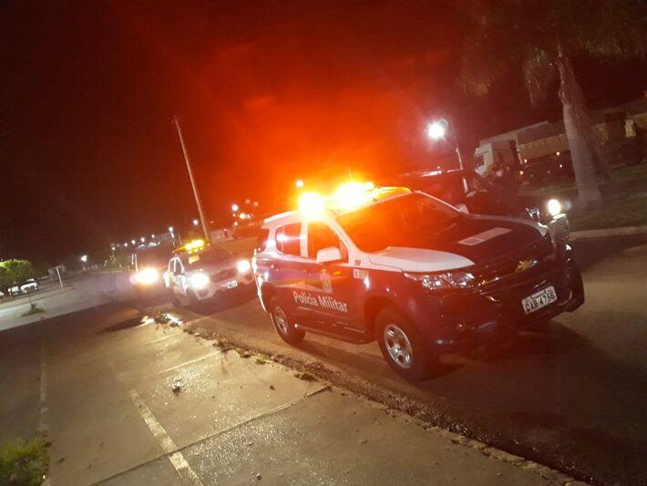 Homens estavam em um único veículo, por volta de 00h55, quando abordados pelos policiais em Bela Vista