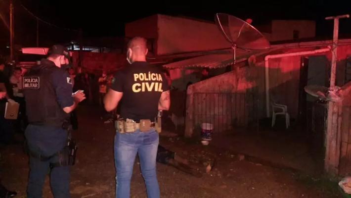 Polícia Civil em frente a residência onde ocorreu o dulplo homicídio