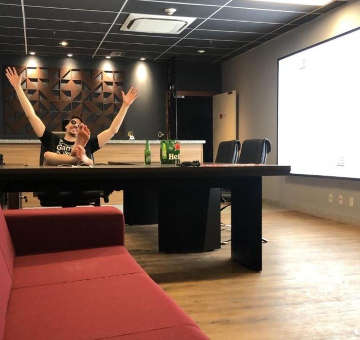 Renan Bolsonaro abriu seu escritório de luxo no Estádio Mané Garrincha durante a pandemia