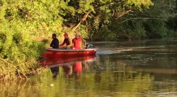 Bombeiros durante buscas no Rio Vacaria
