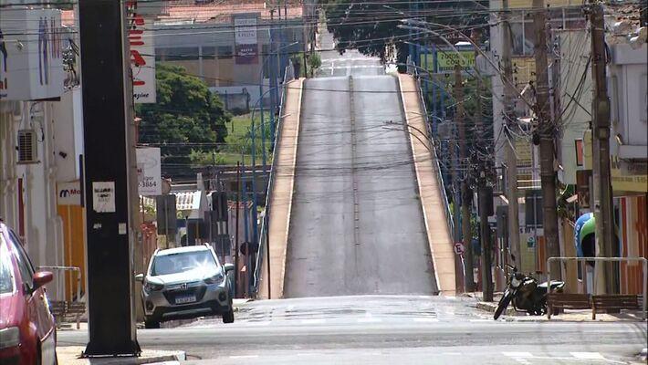 Pontilhão sem carros e sem circulação de moradores em Araraquara no dia 22 de fevereiro