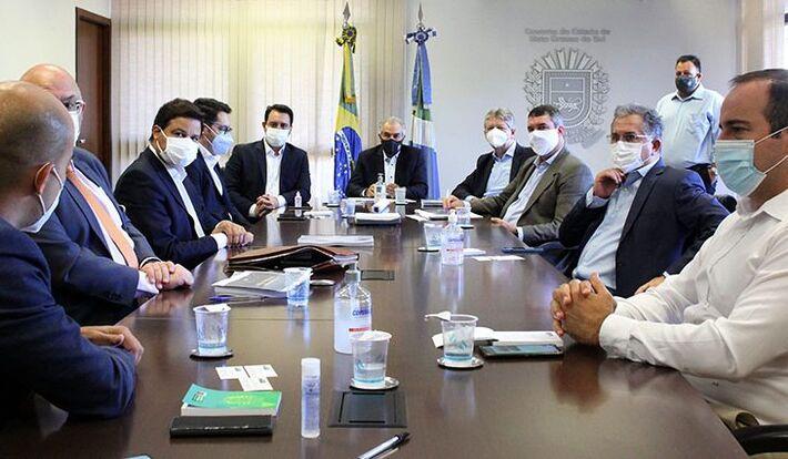 Além do governador Ratinho Júnior e sua comitiva, participaram da reunião os secretários Eduardo Riedel (Infraestrutura), Jaime Verruck (Semagro) e Sérgio Murilo (Governo), além do secretário de Transportes do Programa de Parcerias de Investimentos (PPI),
