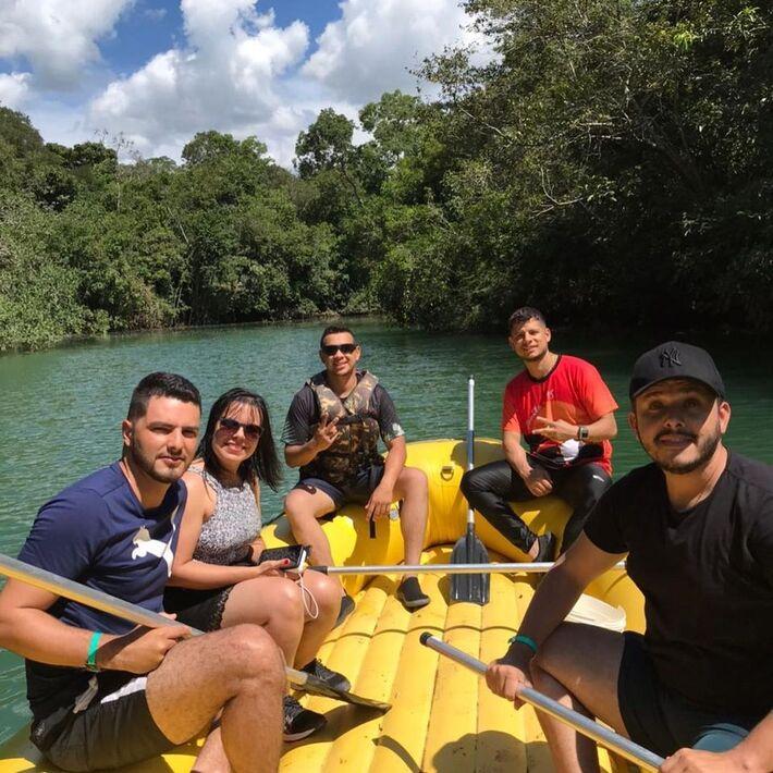Tiago Vargas e seu assessor durante passeio de bote nas Cachoeiras Serra da Bodoquena, em Bonito