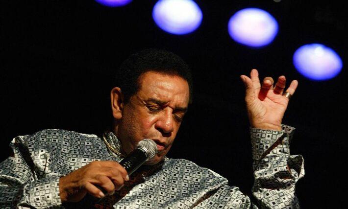 O cantor Agnaldo Timóteo, no palco, em 2008 -