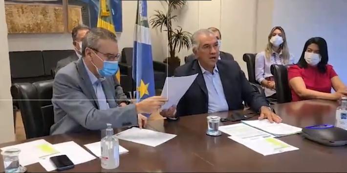 Reinaldo Azambuja entregua projeto ao presidente da ALMS