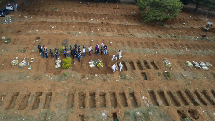 Familiares sepultam vítima da Covid-19 no Brasil