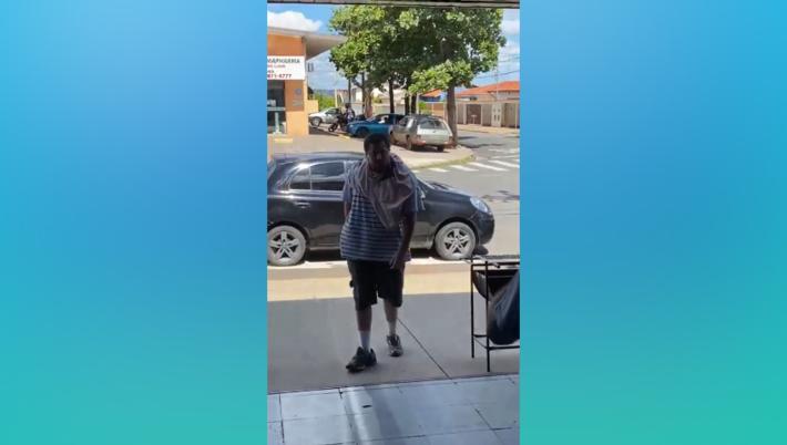 A solta, Mateus ofende pessoas pelas ruas e faz ameças