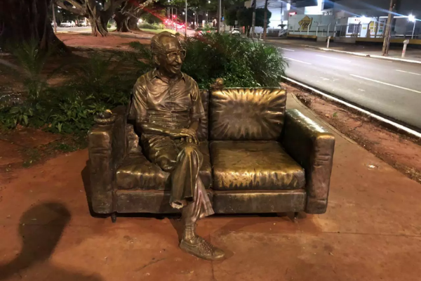 Estátua do Poeta Manoel de Barros, depredada