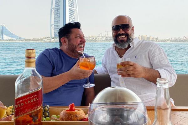Bruno ao lado de Dubaiano em vida de luxo após aplicar golpe no Brasil