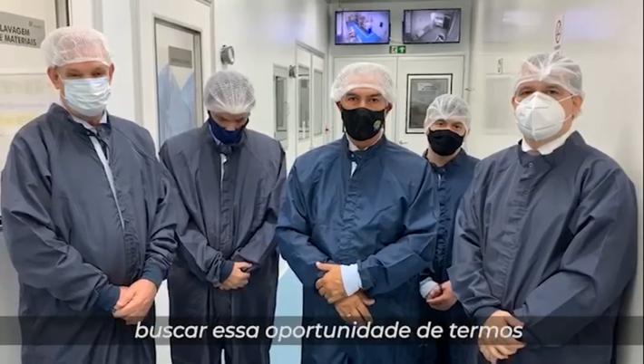 Governador Reinaldo Azambuja em visita ao laboratório da Sputinik em Brasília