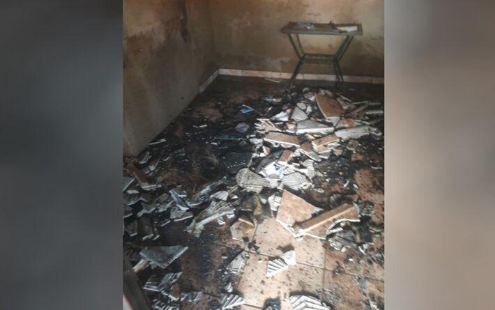 Sala de casa ficou destruída após incêndio