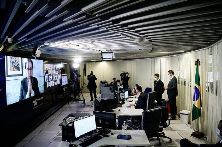 Na tela, o relator do projeto no Senado, Plínio Valério
