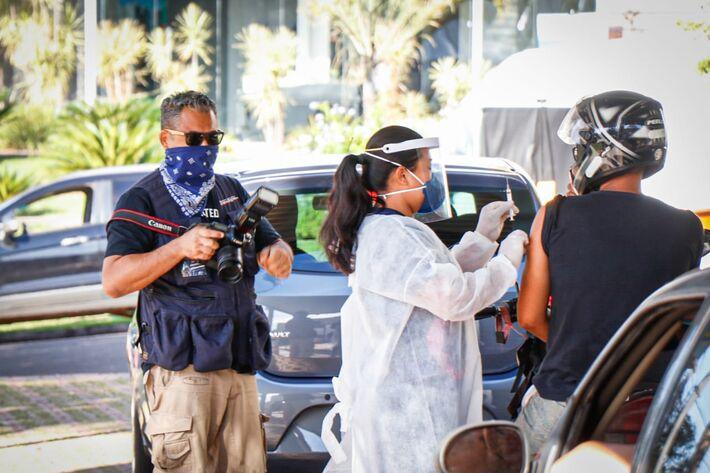 Profissionais da imprensa acompanham drives de vacinação em Campo Grande