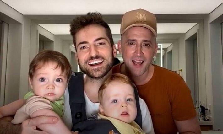 Paulo Gustavo com o marido, o médico Thales Bretas, e os filhos, Romeu e Gael.