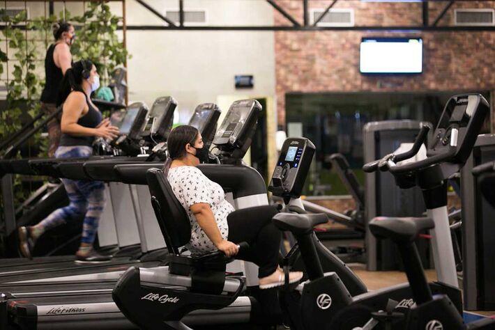 Pessoas exercitam-se em meio a pandemia.