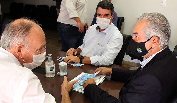 Estão na imagem: Reinaldo Azambuja -PSDB (à direita), o secretário Eduardo Riedel (centro) e o prefeito de Ponta Porã, Hélio Peluffo (à esquerda).