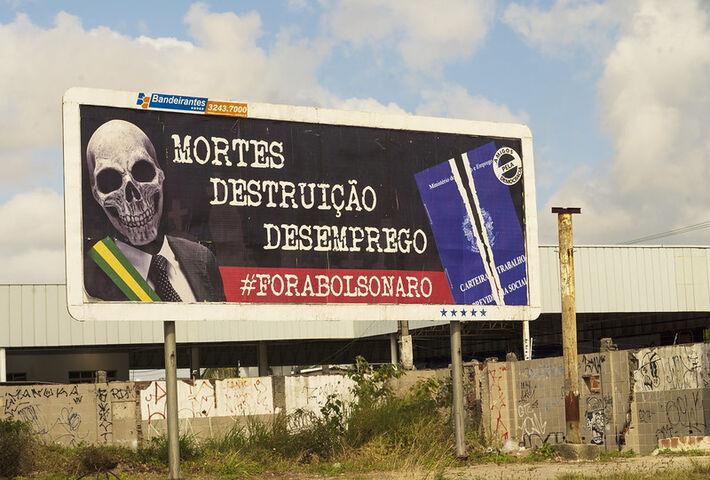 Além da Aduferpe, assinam o outdoor dessa nova campanha no Recife: CUT, UNE, CSP-Conlutas, Andes, CNTE, entre outras.  Erika Suruagy recebeu mais de 120 manifestações de solidariedade, vindas de todo país e até do exterior.
