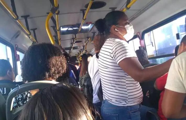 Passageiros em pé dentro de ônibus da linha 061, trajeto Moreninhas - Shopping Campo Grande