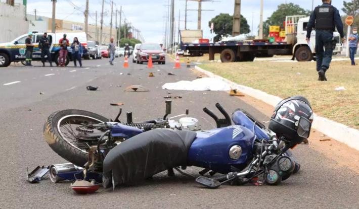 A repórter-fotográfica Kísie Ainoã, do CAMPO GRANDE NEWS, registrou a vítima ainda caída na pista.