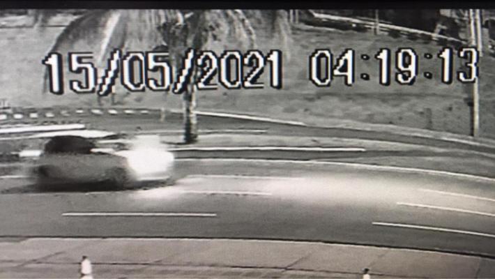 Imagem do momento em que carro passa no cruzamento da Espírito Santo com a avenida Afonso Pena.