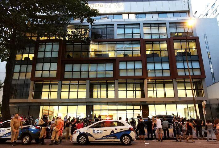 Hospital onde está internado Paulo Gustavo em Copacabana teve movimentação intensa nesta terça.
