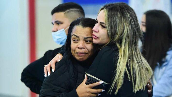 Esposa de Deolane abraça a mãe de Kevin.