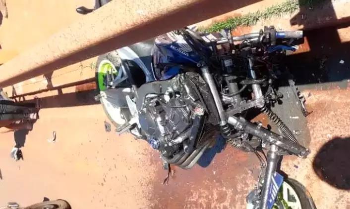 Moto CB 650 parou embaixo do guard rail.
