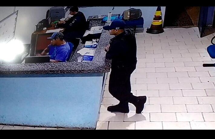 Imagem capturada da tela da Câmera. Leonel está escorado no balcão e o técnico da M2 está de camiseta azul.