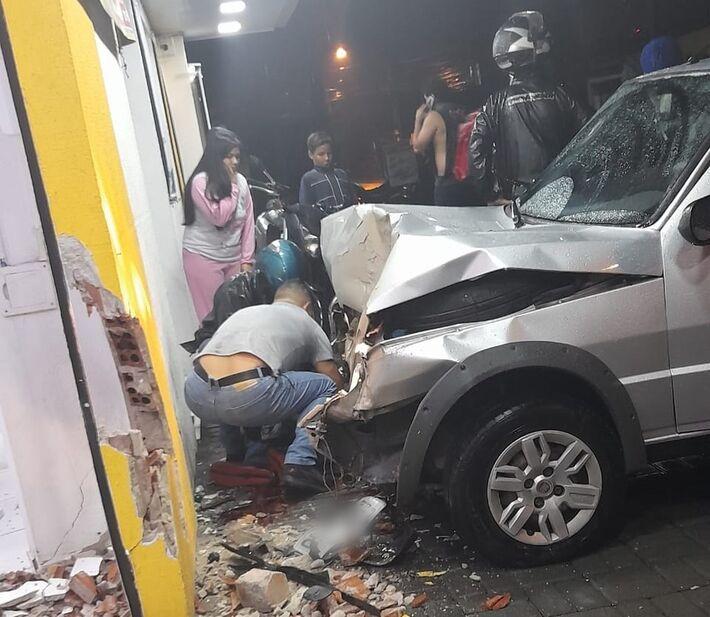 Carro atropela policial que estava na calçada, em São José dos Pinhais