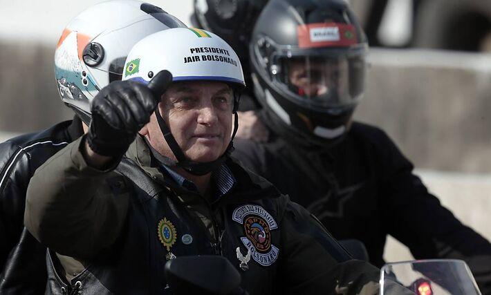 O presidente Bolsonaro participa de passeio de moto com apoiadores em São Paulo.
