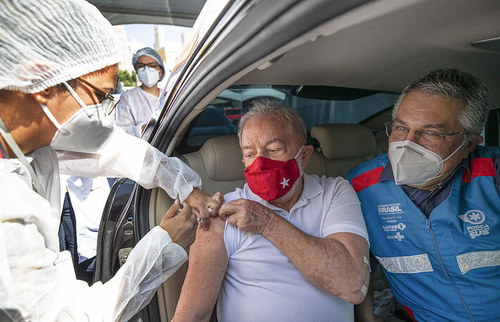 Lula recebe primeira dose da vacina contra a covid19 em São Bernardo. #LulaVacinado.