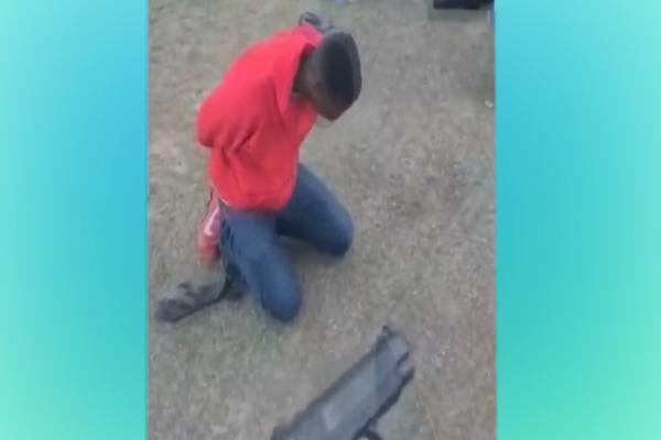 O suspeito ajoelhado arrependido fugiu após a tentativa de assalto.