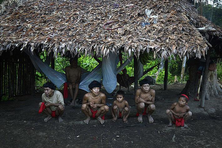 Bolsonaro ignora decreto do STF, determinando que Governo garanta segurança dos indígenas Yanomami e Munduruku.