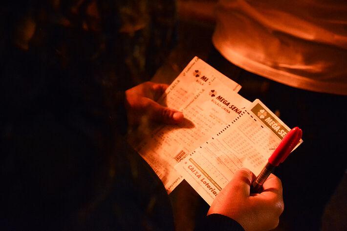 O bilhete é ao portador, mas o ganhador pode escrever, no verso do recibo da aposta premiada, seu nome completo e CPF. Dessa forma, ninguém mais poderá retirar o prêmio.