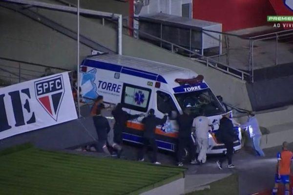 Ambulância sendo empurrada.