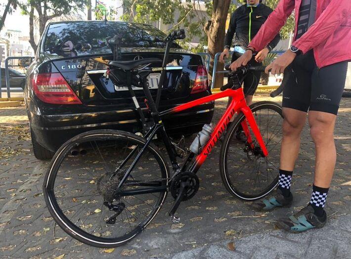 Bicicleta ficou danificada após ser atingida por carro na Avenida Nossa Senhora do Carmo  Foto: Júlio César Santos/ TV Globo