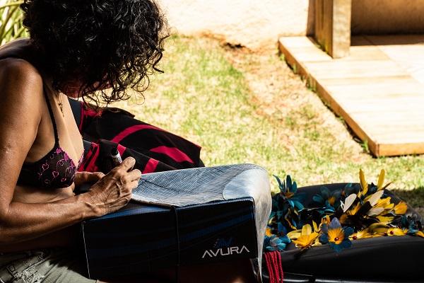Artista desenha peças à mão e conta com crocheteiras de MS para finalização de bordado