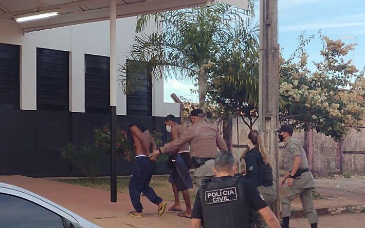 Dois presos chegam a delegacia de Águas Lindas de Goiás durante a Operação Anhanguera  Foto: Danilo Moreira/TV Anhanguera