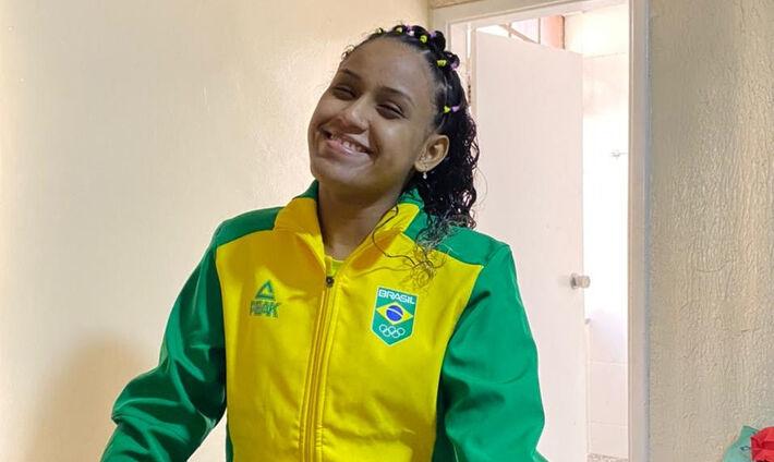 A sul-mato-grossense de 18 anos, beneficiária há quatro anos do Bolsa Atleta, programa do Governo do Estado.