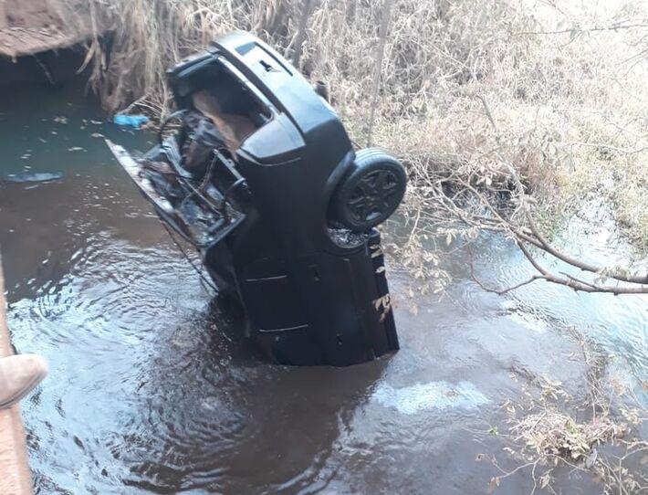 Carro foi encontrado dentro de rio em Olímpia  Foto: Divulgação/OLÍMPIA24HORAS