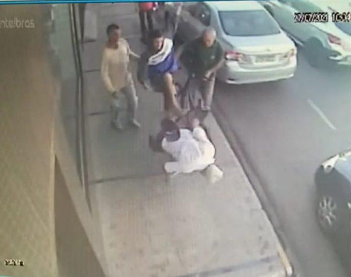 Imagem da câmera de segurança mostram o idoso caindo.