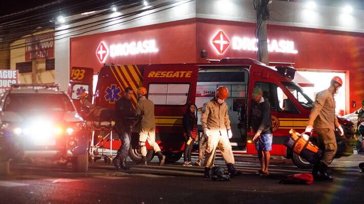 Uma das vítimas era socorrida após acidente nesta noite de domingo (1/ago).