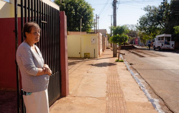 Está é Francisca, de 78 anos, que convivia com esgoto escorrendo em frente a sua casa.